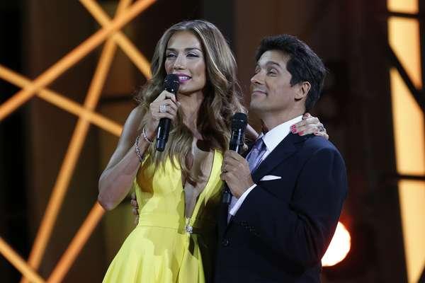 Carolina de Moras y Rafael Araneda ,durante la quinta noche de Viña 2015. La belleza y los vestidos de la conductora fueron alabados unánimemente todas las noches, pero en esta quinta apareció especialmente espectacular.