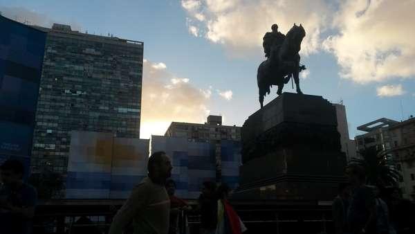 Cerimônia em homenagem a Mujica contou com a presença de milhares de uruguaios concentrados na Plaza Independencia (a principal da capital)