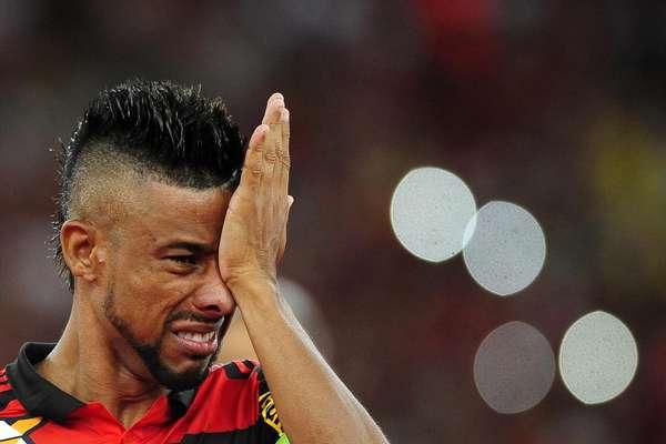 Léo Moura chora antes do amistoso contrao Nacional, organizado em sua homenagem