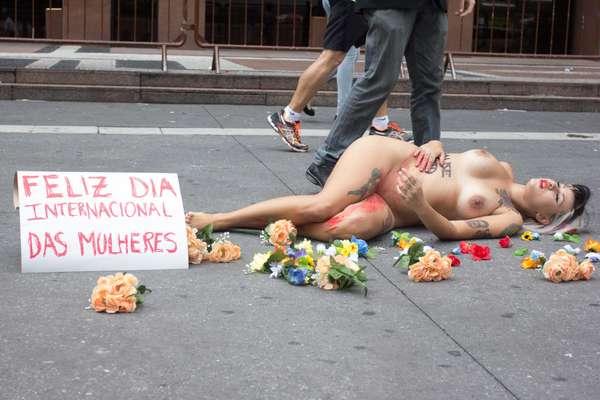 Sara Winter, ativista do movimento feminista Bastardxs, faz protesto a favor do aborto na Avenida Paulista, em São Paulo, SP, na manhã deste domingo. Um homem caracterizado de Eduardo Cunha chutava e agredia Sara como parte do protesto, que marca o Dia Internacional da Mulher