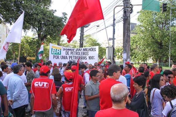 Recife - Protesto em apoio à Petrobras, em Santo Amaro, ao lado da Câmara de Vereadores de Recife