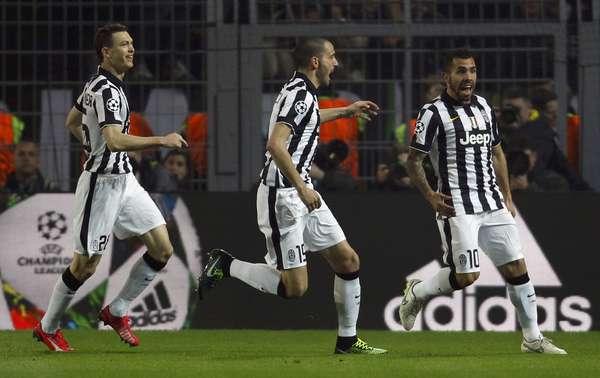 Carlos Tevez foi o grande destaque da Juventus no duelo em Dortmund. Ele fez dois gols e deu o passe para o outro na vitória por 3 a 0.
