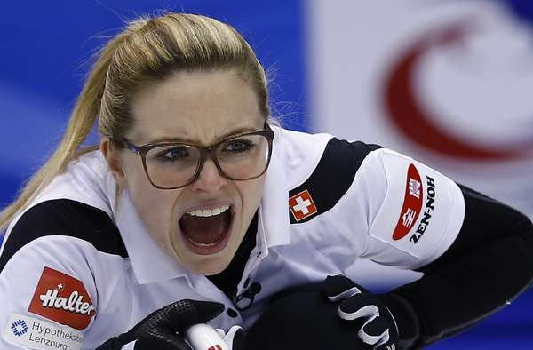 Capitã Alina Pätz orienta a equipe da Suíça na final do Mundial Feminino de Curling; repetindo a decisão de 2014, a seleção europeia derrotou o Canadá e garantiu o título disputado em Sapporo, no Japão