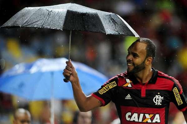 Alecsandro comemora gol com guarda-chuva no Maracanã