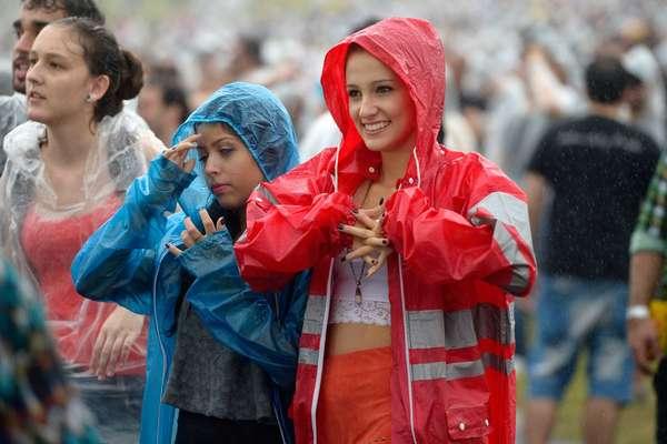 Se o calor marcou o primeiro dia do Lollapalooza, em São Paulo, no segundo dia do festival o Autódromo de Interlagos foi tomado pela chuva, que não foi suficiente para esfriar os ânimos dos fãs de Foster the People, Interpol e Pharrell Williams.