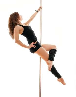 Pole DanceA dança ficou famosa depois que Flávia Alessandra viveu Alzira na novela Duas Caras, da TV Globo, em 2008. Trata-se de uma dança sensual, utilizando um poste ou uma barra na vertical em que o bailarino realiza sua atuação. O pole dance tem duas vertentes: fitness, para trabalhar a musculatura do corpo; e sensual, visando o lado erótico da dança. Hoje as mulheres buscam o pole dance para definição do corpo, não só para sensualizar, comenta Fly.