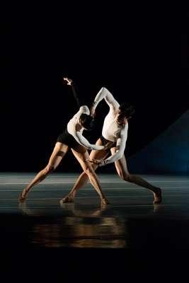 A coreografia Uneven, do espanhol Cayetano Soto vai iniciar o programa da noite de abertura do festival Vivandança em Salvador, nesta sexta (10). Ao todo, o Balé da Cidade apresentará três trabalhos na capital baiana