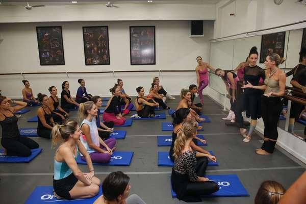 Betina Dantas começa a aula dando instruções. A sala está cheia de mulheres interessadas no método criado por ela, o Ballet Fitness. Na primeira fila, as alunas Grazi Massafera, Ana Lima e Flávia Alessandra