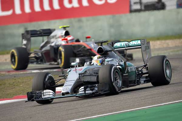 Hamilton marcou 1min35s782 no Q3 e superou por pouco companheiro Rosberg