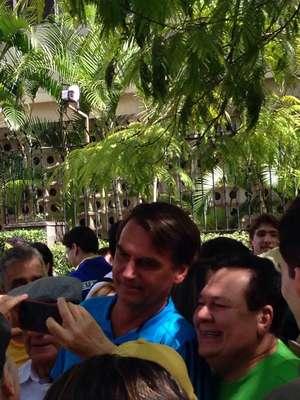 O deputado federal Jair Bolsonaro (PP-RJ) se juntou aos manifestantes na avenida Paulista, em São Paulo, para protestar contra o governo; foto registrada pelo leitor Daniel Figueiredo Ometo
