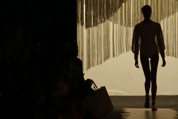 A grife Lenny Niemeyer dividiu sua coleção em quatro temas; Marinheiro, Malandro, Pierrô, Carmen e Texturas. Listras em azul e branco, multicoloridas e estampas de naipes enfeitavam as peças. Assim como babados e delicadas aplicações de penas e serpentinas, até com cristais, apareciam em outras
