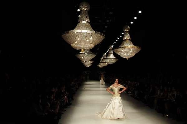 Um baile imaginário que teria acontecido nos anos 20 no Hotel Overlock, cenário do filme O Iluminado, com Jack Nicholson, foi a inspiração para Samuel Cirnansck criar seus vestidos majestosos para esta temporada do São Paulo Fashion Week