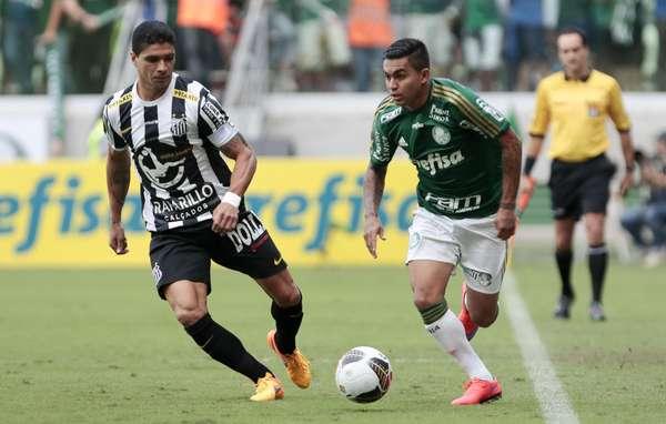 Renato e Dudu disputam jogada na ponta esquerda