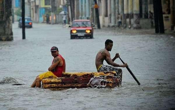 1 de mayo.- Lluvias torrenciales, fuertes vientos e inundaciones causaron la muerte de tres personas en La Habana. El fenómeno golpeó la ciudad el pasado miércoles, causando apagones y ríos de agua en cascada por las calles. Las fuertes tormentas con rachas de viento de hasta 60 k/h derribaron árboles, arrancaron tejados y causaron tres edificios a colapsar.