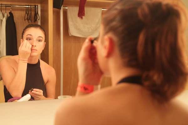 Bastidores: hora da maquiagem para os bailarinos da Raça Cia. de Dança