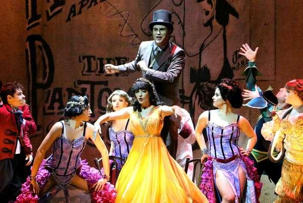 Elenco representa artistas populares para falar do início da carreira de Chaplin, em Londres, usando figurino de Fábio Namatame