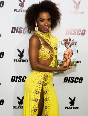 Ivi Pizzott exibe a edição de maio da Playboy onde ela é o destaque