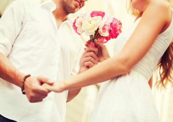 No início do namoro, apostar em algo impessoal, como flores, pode ser uma boa opção, além de sair bem mais em conta do que a grande maioria dos presentes