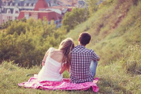 Não use o tempo da relação para analisar se você deve ou não dar um presente no dia 12 de junho. Afinal, existem casais que estão enrolados há um ano sem compromisso sério, assim como outros que estão juntos há um mês e já engatam um namoro