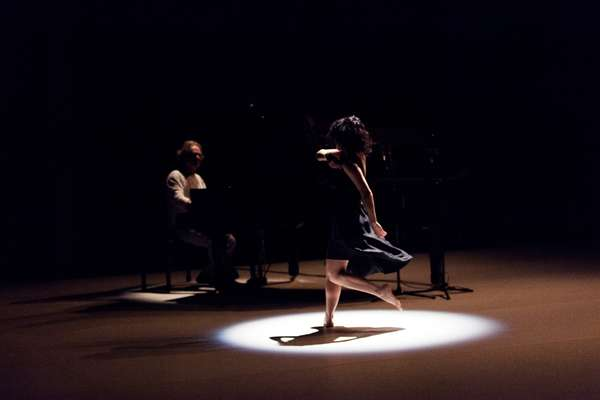 O pianista Benjamim Taubkin e a bailarina Morena Nascimento começaram a discutir a relação entre dança e música em 2002