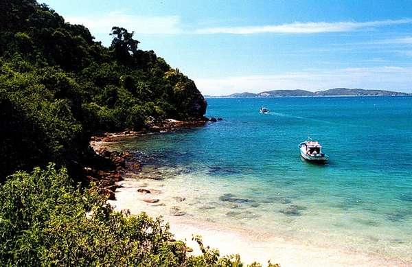 5 noites - Cruzeiro a bordo do Rhapsody of the Seas, da Royal Caribbean International, com partida de Santos em 14 de dezembro de 2015. Escalas em Búzios (foto), Ilha Grande e Ilhabela. Cabines a partir de R$ 1.432 por pessoa, mais taxas