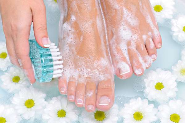 Causado, normalmente, pelo suor excessivo dos pés, o famoso chulé pode ser evitado com pequenas ações, como lavar bem os pés com sabonete e secá-los bem após o banho
