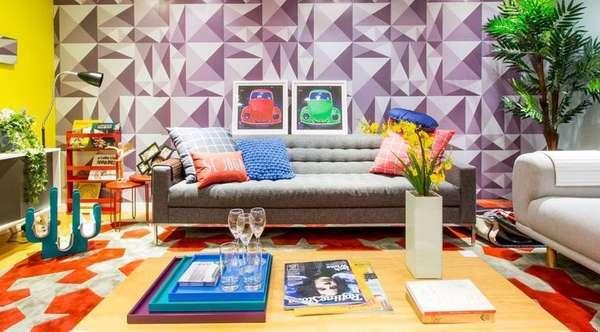 Na foto, sala de estar decorada com grafismos e detalhes coloridos. Vasos com plantas valorizam o aspecto alegre do ambiente
