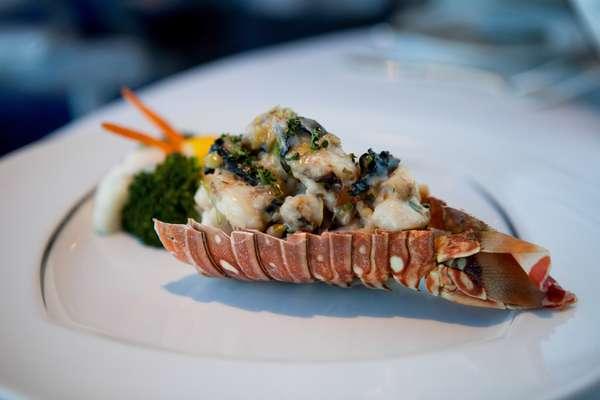 Aqualina – Este restaurante dos navios da Azamara Club Cruises oferece culinária italiana contemporânea, com destaque para a cozinha mediterrânea e frutos do mar. Entradas como ravioli de lagosta, atum selado envolto em vitela, seguidos de pratos principais como frutos do mar venezianos e linguado são algumas das opções