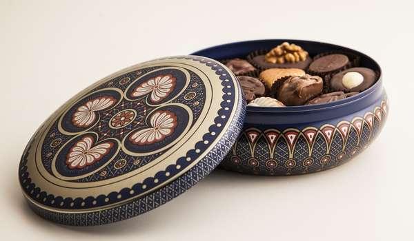 Embalagem Arabesco com bombons de recheios diferenciados, como marzipan de amêndoa, chocolate ao leite, chocolate branco, creme de nozes, pasta de avelã, pera e caramelo. Da Ofner. Por R$ 71. SAC: (11) 5693-8628