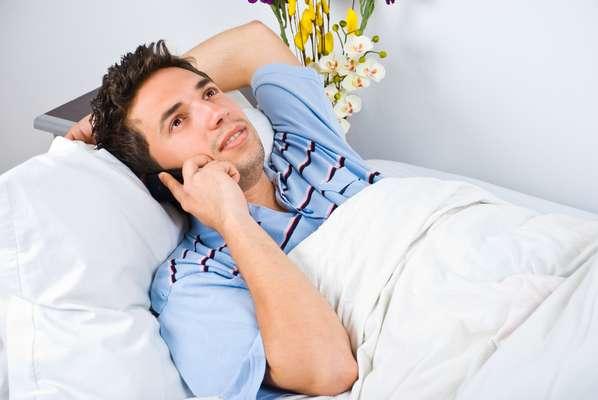 """Se você estará longe do seu amor no dia 12, planeje acordá-lo com uma ligação romântica para garantir que as primeiras palavras que ele ou ela irá escute no dia sejam """"Eu amo você"""" ou """"Estou sentindo a sua falta"""""""