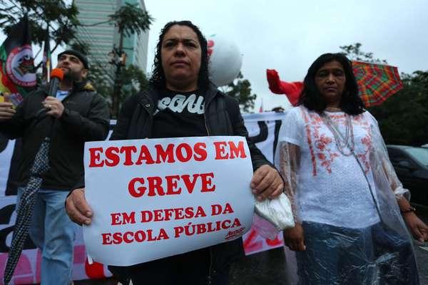 Professores participaram de protesto na marginal Pinheiros, em São Paulo