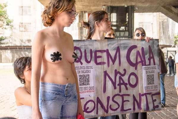 Manifestantes realizam a Marcha das Vadias no vão livre do Museu de Arte de São Paulo (Masp), na Avenida Paulista