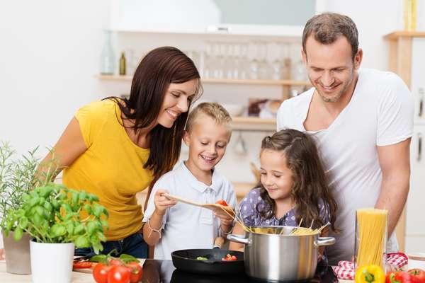 Aproveitar a ocasião com um bom jantar já é de praxe. Portanto, que tal caprichar no cardápio com a ajuda aos filhos? Vocês podem dividir as tarefas de acordo com as possibilidades de cada criança para que todos participem