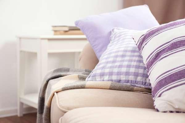 Antes de investir em qualquer coisa, procure deixar a casa arrumada e aconchegante, com alguns elementos que são ideais para isso, como tapete, almofadas, cortinas e mantas, já que a data é celebrada em meio ao friozinho