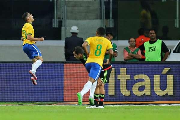 Philippe Coutinho comemora o primeiro gol brasileiro na vitória por 2 a 0 diante do México, em São Paulo