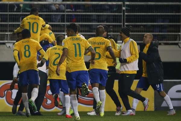 Douglas Costa garante vitória brasileira