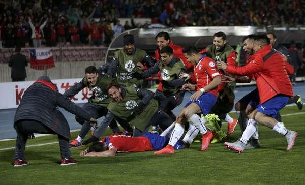 Chilenos festejam gol marcado por Isla