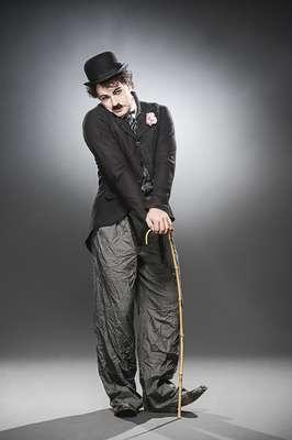Jarbas Homem de Mello vive Chaplin em musical que conta a história do mestre do cinema mudo