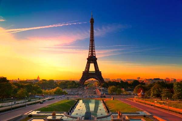 Paris - Uma lista de destinos românticos para cruzeiros não pode ficar sem a capital francesa. Paris é uma cidade muito procurada por casais para comemorar datas especiais como luas de mel e aniversários de casamento. Os cartões-postais da cidade como a Torre Eiffel, o Arco do Triunfo e a Champs-Elysées são ótimos para passeios a dois