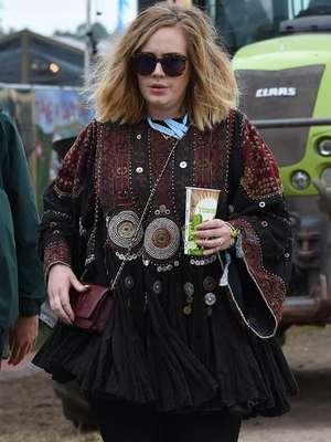Adele apareció en el festival mientras el mundo esperaba el lanzamiento de '25'. La intérprete de 'Someone Like You' visitó la Worthy Farm con una blusa étnica.