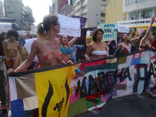 Curitiba, 4/7 - Marcha das Vadias percorre as ruas da capital paranaense; manifestantes pedem igualdade de gêneros e fim do machismo