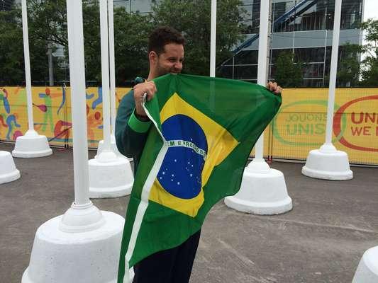 Em busca de três recordes de medalhas nos Jogos Pan-Americanos, Thiago Pereira chegou a Toronto nesta quinta e participou de cerimônia para anúncio do cargo de porta-bandeira