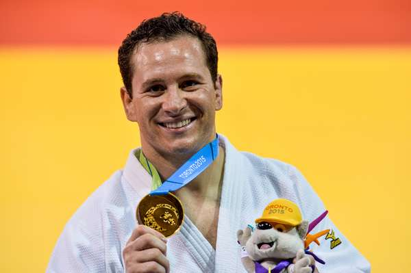 Tiago Camilo exibe sua medalha de ouro