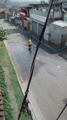 O leitor Antonio N. Cruz, de Suzano (SP), flagrou um homem lavando o asfalto da rua Ana Vagos Pereira, no bairro Parque Residencial Casa Branca