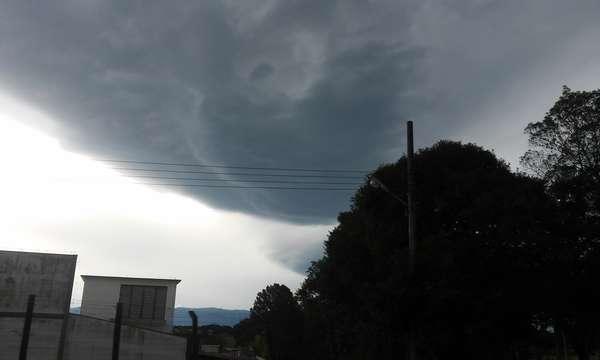 Joinville, 12/7 - Leitor identificou formato de rosto em nuvem durante a tarde, na cidade catarinense
