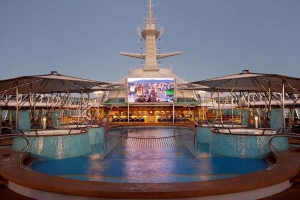 Telas de cinema são encontradas em algumas piscinas como a do Rhapsody of the Seas (foto) e nos navios da Costa