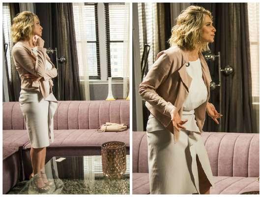 Letícia Spiller veste saia bege, blusa branca, casaqueto rosê Alphorria e sandália marrom
