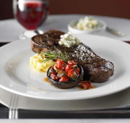 Casa de carnes Chops Grille oferece cortes nobres a bordo do Rhapsody of the Seas, da Royal Caribean