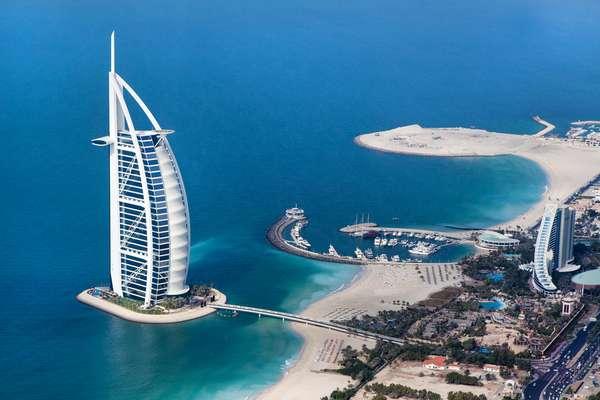 Para aproveitar a proximidade do Natal e garantir compras de grifes internacionais, esse cruzeiro que começa em Dubai (foto), paraíso das compras nos Emirados Árabes, é uma alternativa. A viagem a bordo do Splendour of the Seas, da Royal Caribbean International, começa em 14 de dezembro de 2015 e dura sete noites, com escalas em Khasab e Muscat, em Omã, e Abu Dhabi, nos Emirados Árabes. Cabines a partir de R$ 1.882 por pessoa, mais taxas