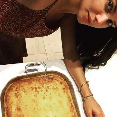 Para deixar seus seguidores com água na boca, Adriana Lima postou uma foto com o bolo de aipim que sua mãe fez